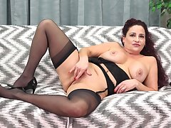 Dirty mature Amanda Ryder loves pleasuring her pussy with a dildo