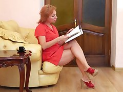 Mature perforator whore Silvia wanna pet will not hear of own old pussy after undressing