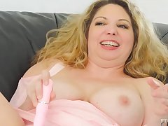 Lustful milf with huge boobs is regardless how say no to favorite sex toys deep in say no to wet end b disengage