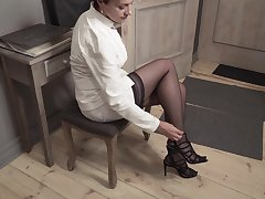 Elegant mature woman Daryna is have a fucking pussy overhead the floor