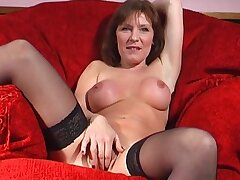 Mature slut Wendy Taylor opens her legs to puncture her fuck hole